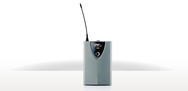 Trasmettitore UHF body pack;16 canali selezionabili, alimentato tramite batterie AA, equipaggiato con connettore 4P mini XLR;